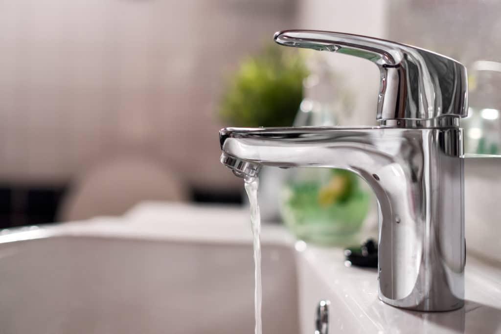 Vattenkran med rinnande vatten