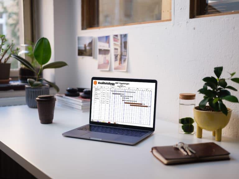 Dator på bord med dokument på skärm