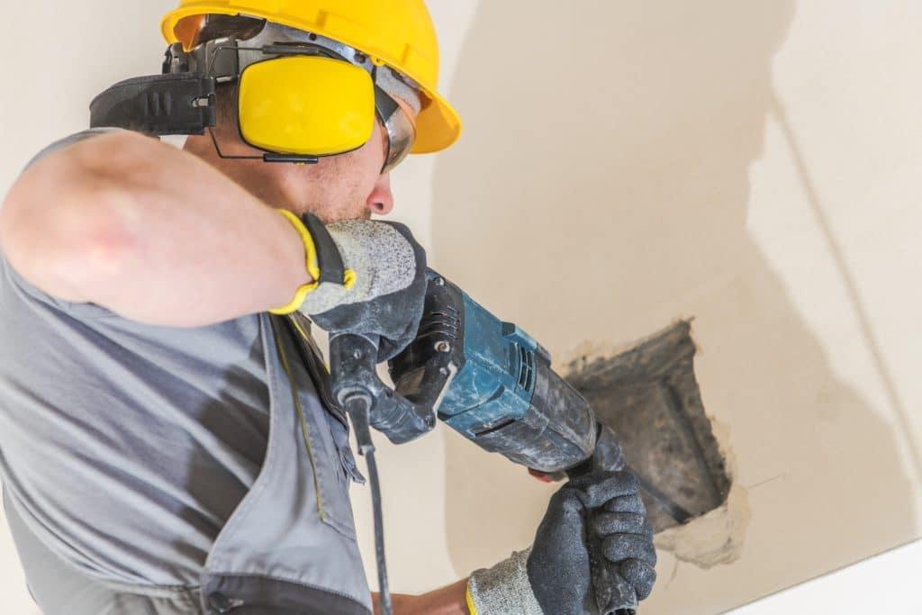 Byggarebetare borrar i betong